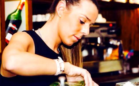 Barmaid Gabriela Ferreira